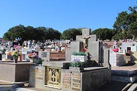 Coroas de Flores Cemitério do Povoado de Taquara