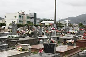 Coroas de Flores Cemitério Municipal de Cruz